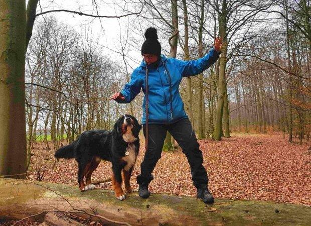 Foto Rubina Ordemann mit Berner Sennenhund Ole im Wald