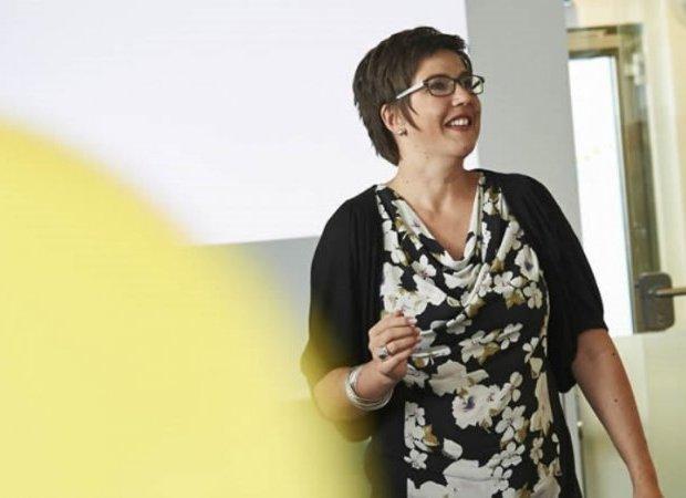 Portraitfoto Rubina Ordemann in Seminarsituation